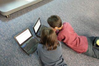 dzieci przy komputerze, laptop